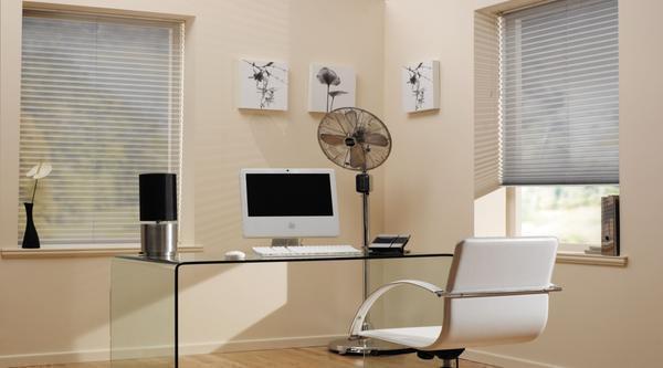 Для кабинета в квартире прекрасным вариантом будут шторы-плиссе. У них отсутствует эффект отражения, их просто сложить и они не навязчивы
