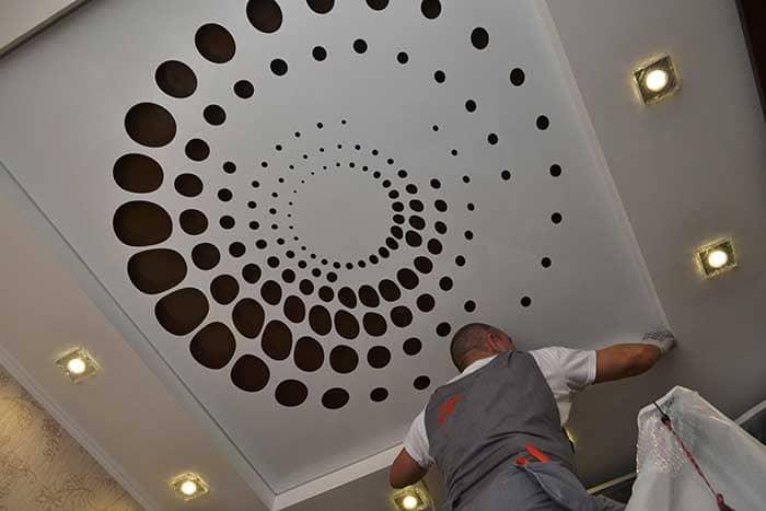 Популярность тканевых натяжных потолков объясняется их долговечностью и отсутствием необходимости специального ухода за ними