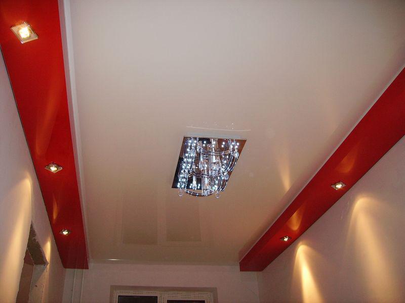 С помощью натяжного потолка можно скрыть все коммуникационные элементы и придать поверхности аккуратного вида