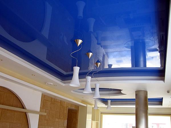 Глянцевый натяжной потолок сможет значительно улучшить внешний вид любого помещения