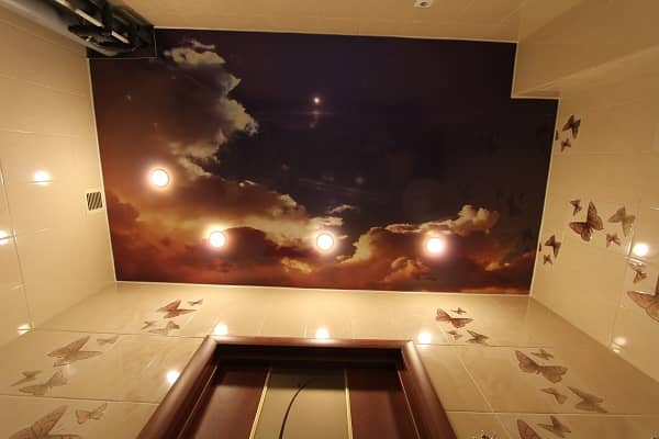 Натяжной потолок в ванной — современное дизайнерское решение, которое на сегодняшний день очень популярно