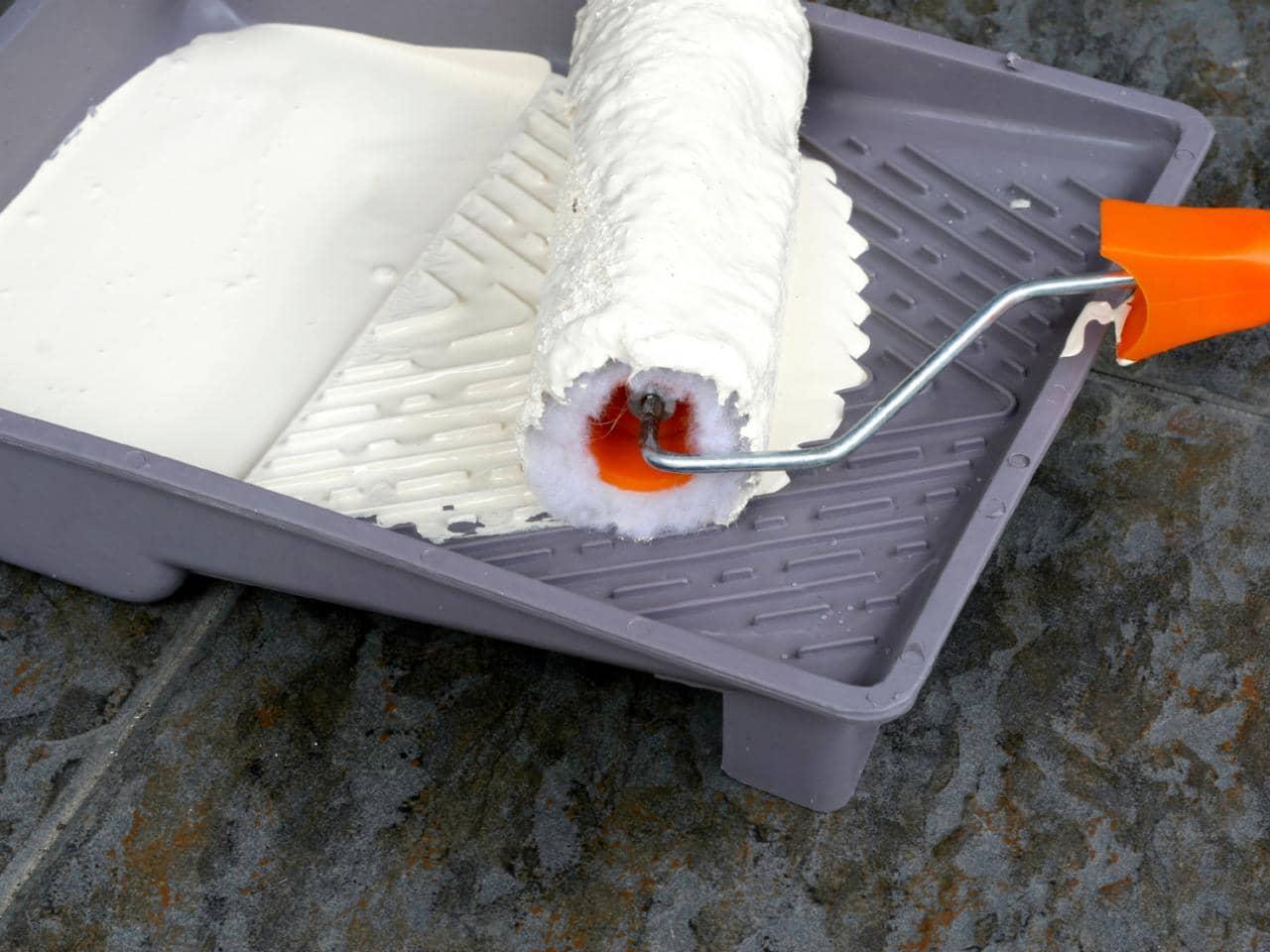 Водоэмульсионная краска — широко распространенный и востребованный материал для отделки потолка