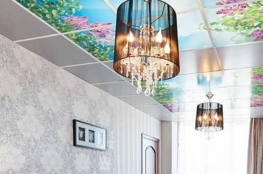 Навесной потолок выглядит практично, оригинально и красиво