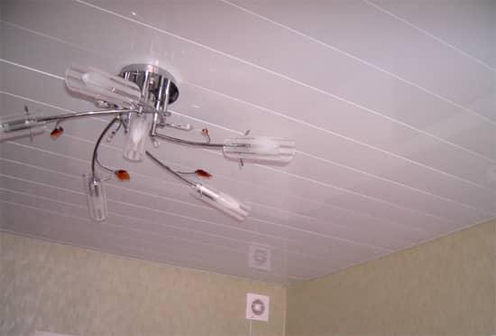 Реечный потолок — универсальный и практичный материал для отделки потолочного покрытия