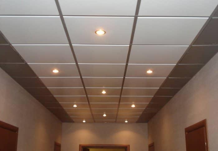 Кассетный потолок не требует особого ухода, поэтому его можно устанавливать как дома, так и в офисе