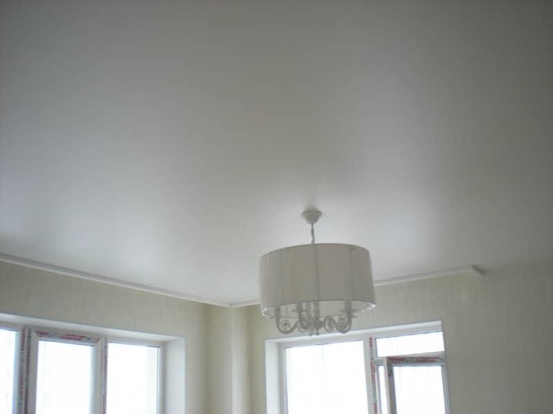 Сатиновое натяжное полотно визуально напоминает отлично побеленный потолок