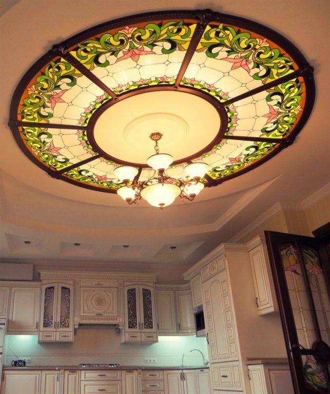 Витражный потолок отлично впишется в любой интерьер, сделав его более изысканным и богатым