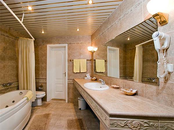 Подвесной потолок обладает высокими эксплуатационными качествами, но при его монтаже необходимо учитывать достоинства и недостатки материалов, используемых в работе