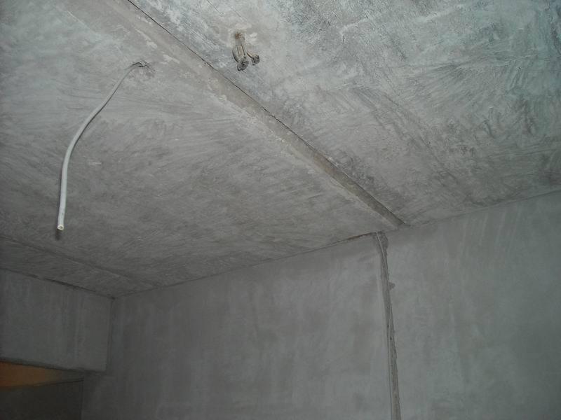 Ремонт потолка необходимо начать с изучения его поверхности: состояния базового слоя, наличия трещин и шероховатостей