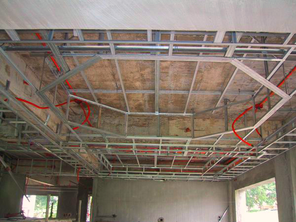 Реечный потолок можно без труда установить своими руками