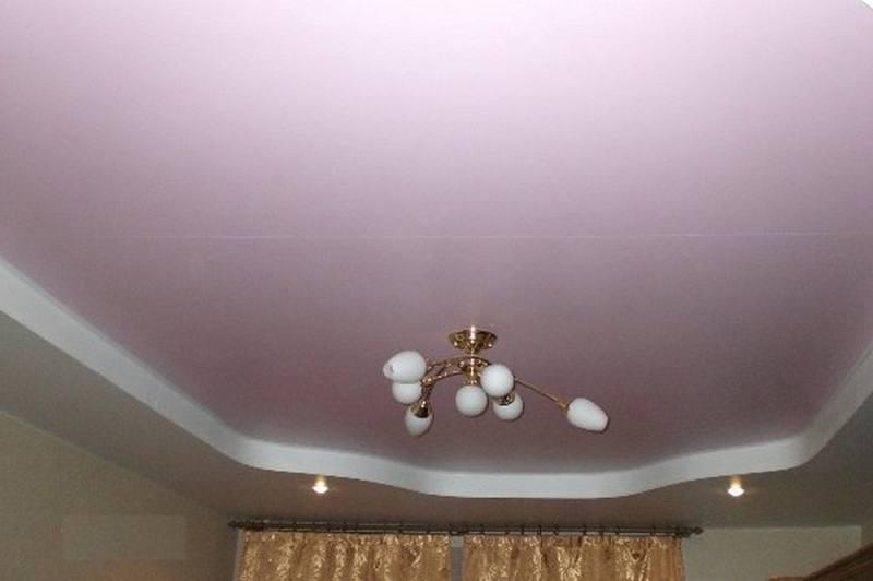 Благодаря широкому ассортименту натяжных конструкций, хозяин может выбрать потолок из ткани, ПВХ, гипсокартона или жидких обоев
