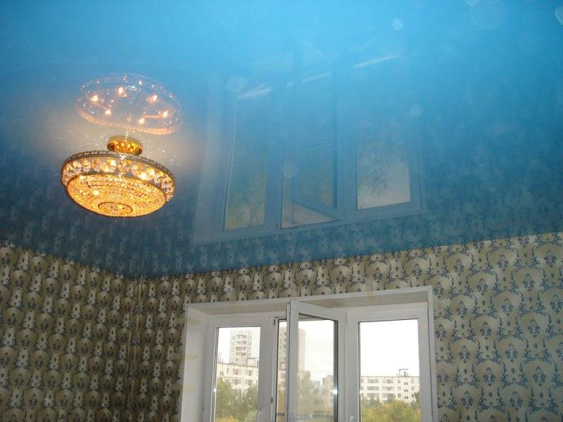 Главным преимуществом потолка из поливинилхлорида является цена, которая отлично сочетается с качеством пленочного материала