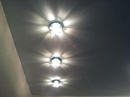 Использование точечных светильников для натяжного потолка повысит функциональность помещения и снизит затраты на электроэнергию