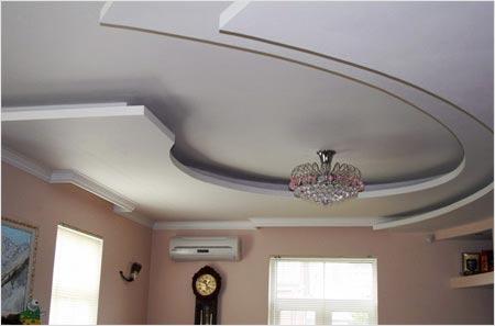 Подвесной потолок из гипсокартона выглядит оригинально и в то же время является менее затратным в установке, чем натяжной потолок
