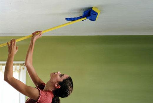 Перед выполнением чистки натяжного потолка следует ознакомиться с составом материала, из которого изготовлено покрытие и характером загрязнений, подлежащих удалению