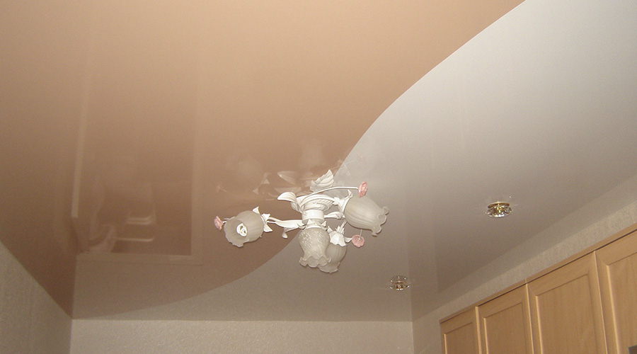 С помощью натяжного потолка можно не только скрыть недостатки поверхности, но и создать индивидуальный дизайн любого помещения
