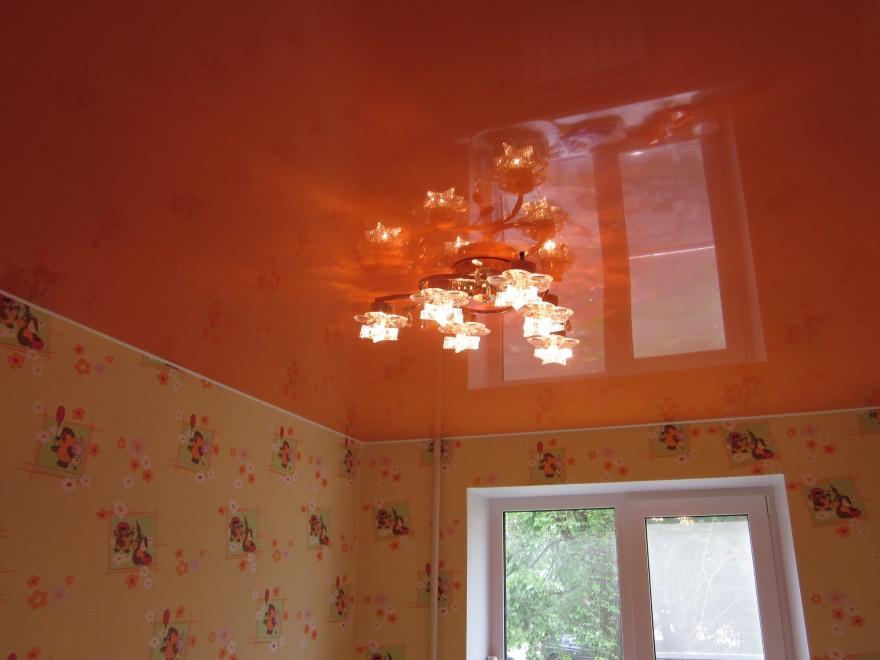 Натяжные потолки – источник вдохновения в доме, позволяющий хозяину грамотно распределить световой поток в жилище небольшой высоты