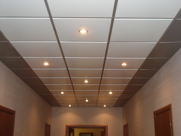 Подвесной потолок Армстронг отлично подойдет для случаев, когда необходимо скрыть какие-либо дефекты либо спрятать коммуникации