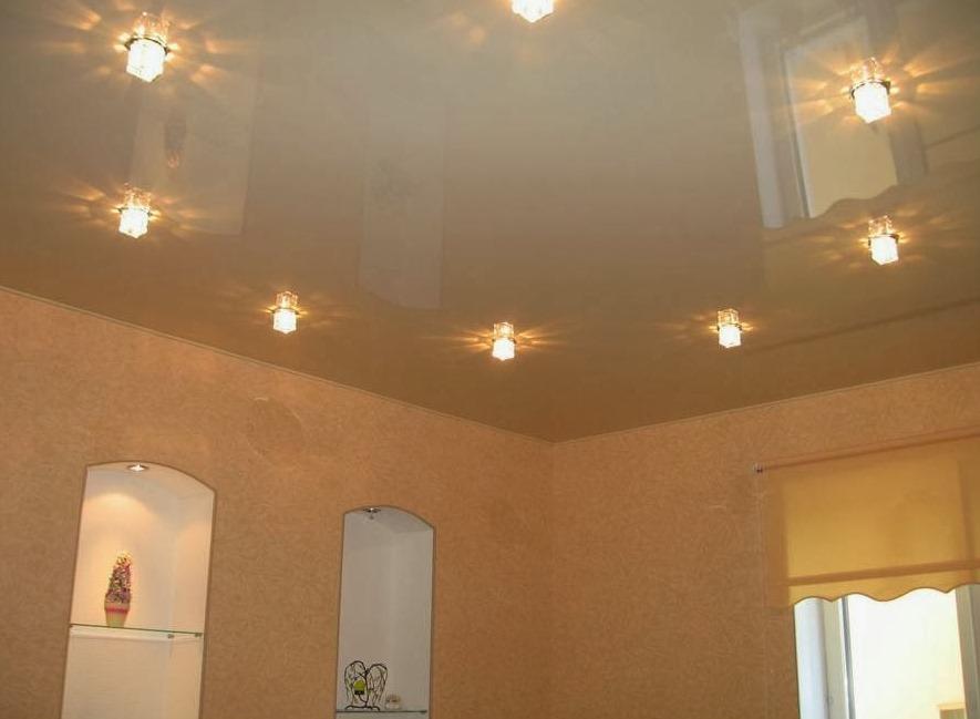 Гармоничную обстановку в жилом помещении обеспечивают качественные светильники, смонтированные с учетом конструкции потолка
