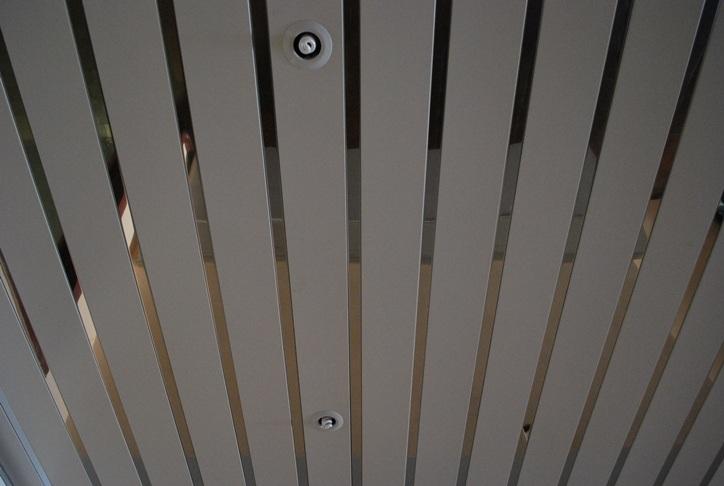 Металлический потолок – это уникальная пластичная и водостойкая подвесная система, которую легко собрать, не имея особых навыков