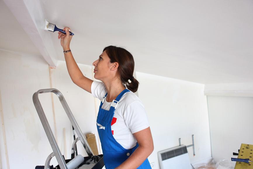 Покраска остается одним из самых распространенных методов оформления потолочной поверхности