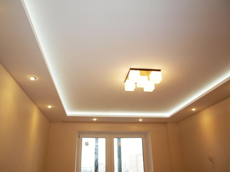 Гипсокартонные конструкции позволят замаскировать неглубокие трещины на потолке, а также скрыть инженерные коммуникации