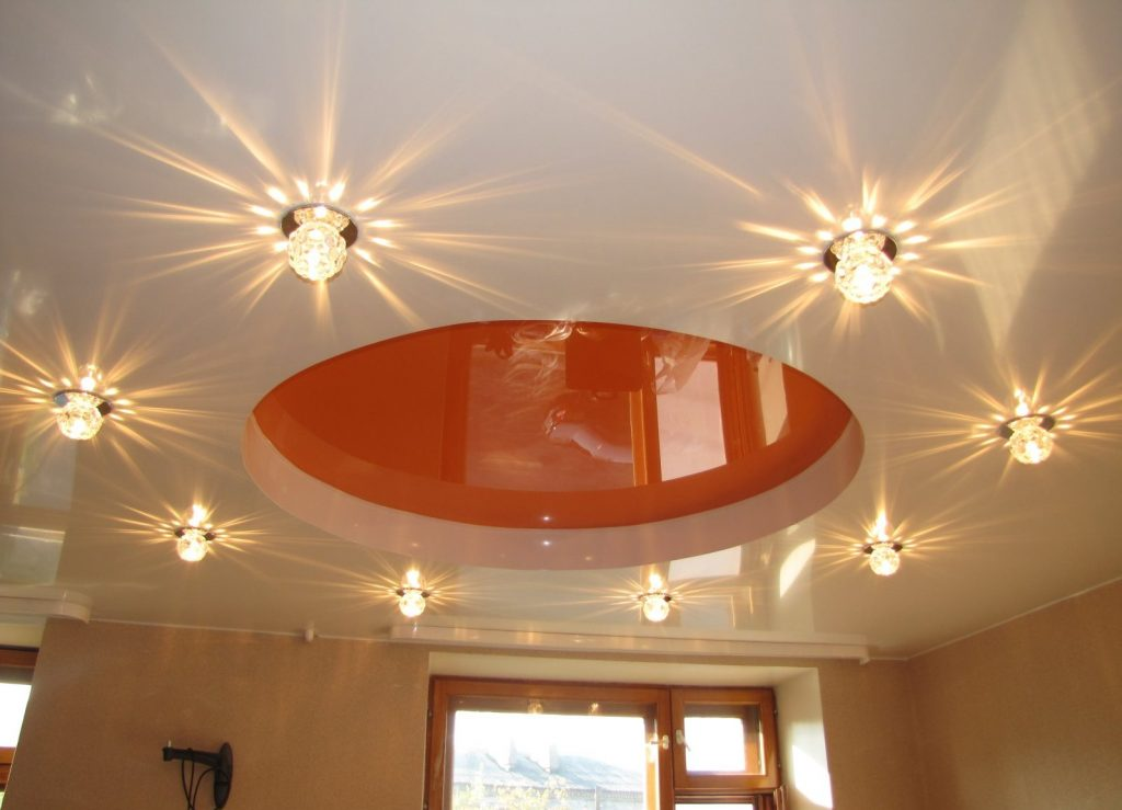 Многообразие видов осветительных приборов позволяет подобрать нужную модель как для натяжного потолка, так и для стиля интерьера
