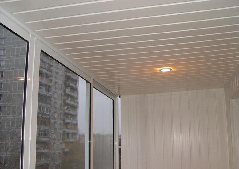 Пластиковые панели являются лучшим материалом для отделки потолка на балконе