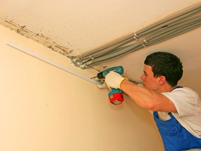 Подготовьте поверхность потолка перед началом работ. В дальнейшем доступ к потолку будет ограничен