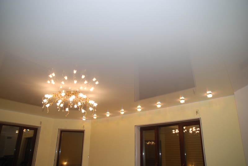 Белый потолок всегда пользовался огромной популярностью и сочитался в любом интерьере