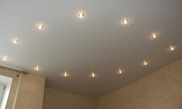 Для правильного монтажа точечных светильников на натяжном потолке необходимо изучить особенности эксплуатируемого помещения