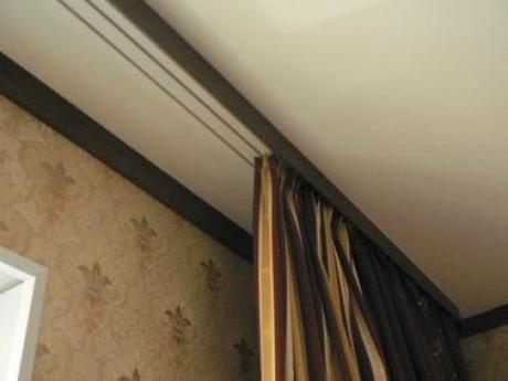 Скрытый карниз в натяжном потолке хранит в себе некую интригу и придает шарма вашему интерьеру