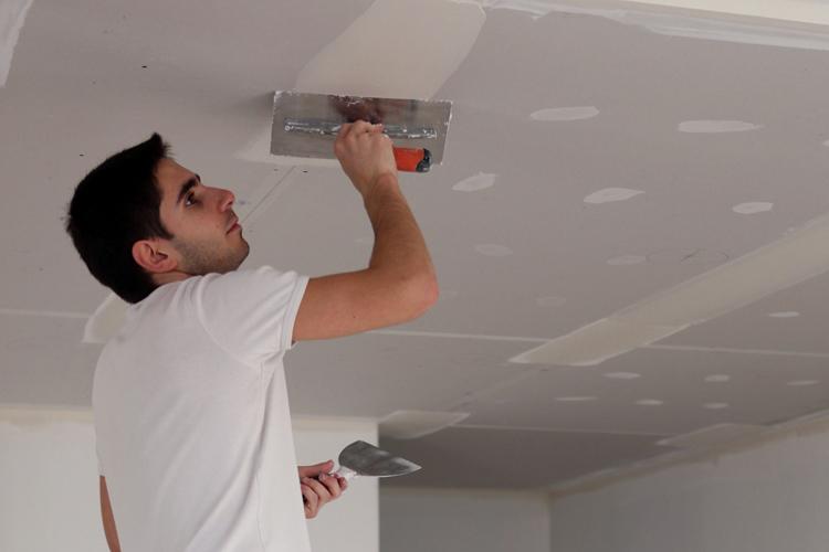 Шпаклевку гипсокартонного потолка выполняют для выравнивания и устранения мелких дефектов поверхности