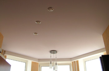 Акустические натяжные потолки обеспечивают высокий уровень звукоизоляции, препятствуя проникновению шума в помещение