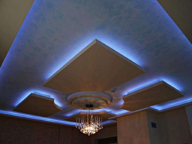 Грамотно подобрав оформление потолка, несложно создать ощущение просторных апартаментов