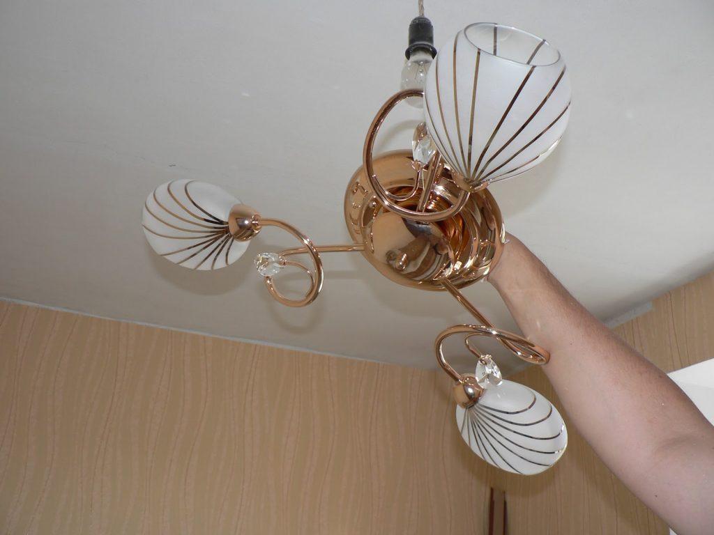 Крепление люстры на потолок из гипсокартона требует не меньше знаний, чем монтаж самих ГКЛ