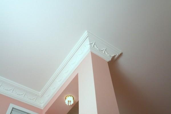Выбирая багет для потолка, обращайте внимание на материал багета