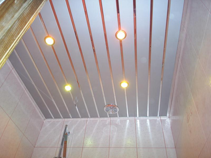 Для отделки потолка используются влагостойкие материалы