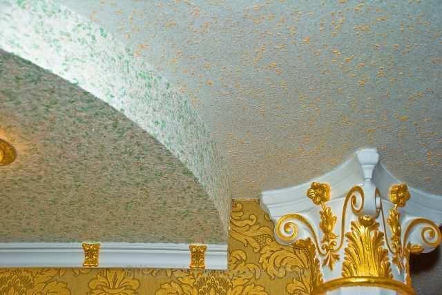 Жидкие обои обладают всеми преимуществами штукатурки, что позволяет скрыть дефекты на потолке, не прибегая к выравниванию его поверхности