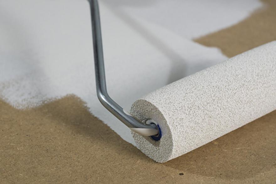 Грунтовка поверхности позволяет существенно снизить расход финишной отделки