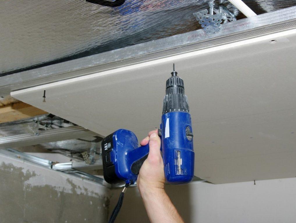 Прикрепить гипсокартон на потолок можно и самому, так как особых сложностей в этом процессе нету