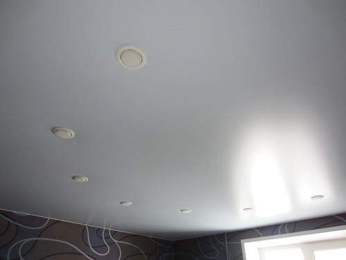 Натяжной потолок - экономичное и практичное решение для оформления интерьера жилого помещения