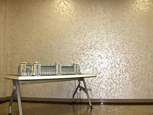 Обои, имитирующие штукатурку, являются достойной альтернативой дорогим декоративным материалам для отделки стен