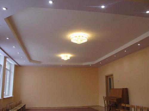 С помощью листов гипсокартона можно легко и без особых затрат отделать потолок в помещении