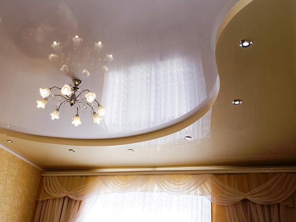Натяжной потолок – это относительно легкий способ оформить помещение