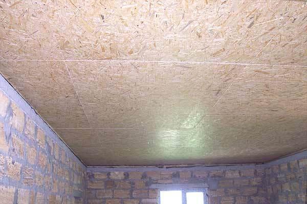 Главные преимущества обшивки потолка плитами ОСБ – надежность, дешевизна, привлекательный внешний вид (древесина)