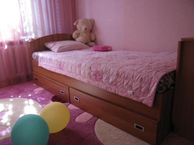 При выборе кровати нужно учитывать как ее размеры, так и качество материалов из которых она изготовлена