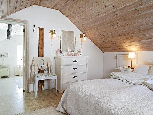 Спальня на мансарде - это не только оригинально, но и практично