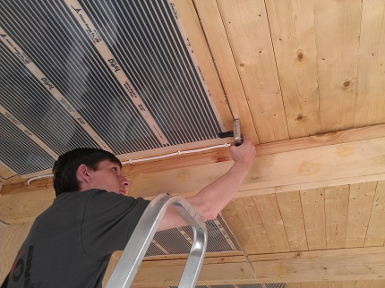Монтаж теплого потолка - дело не самое простое, но выполнить эту работу самостоятельно вполне реально