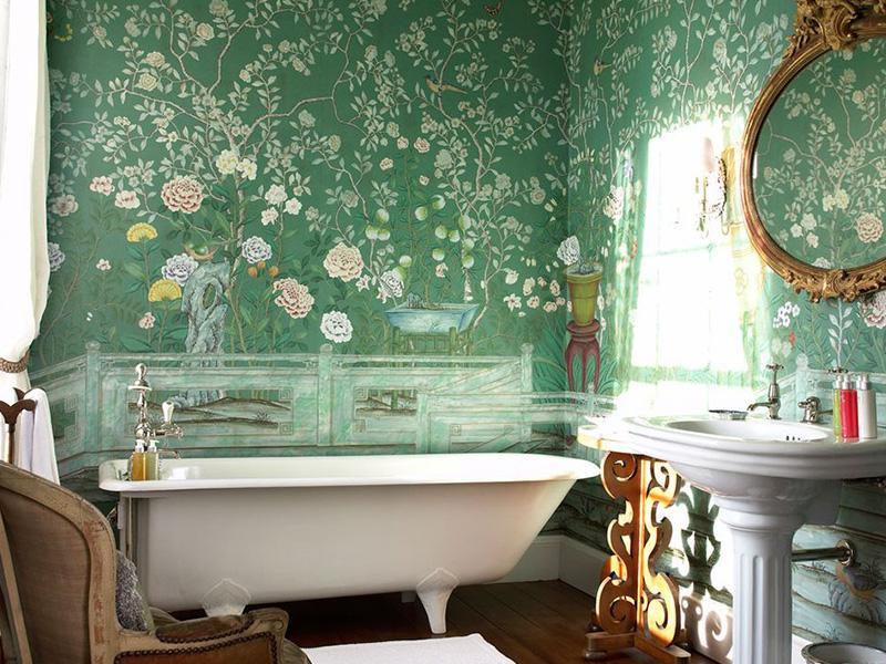 Украсить интерьер ванной  комнаты можно с помощью специальных влагостойких обоев